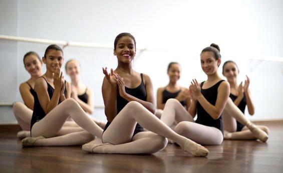 Foto de várias jovens bailarinas posando para foto
