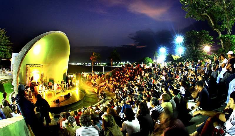 Foto de várias pessoas assistindo um show de Jazz e Blues na Concha Acústica