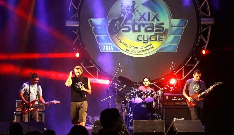 Foto de uma banda se apresentando durante do Ostras Cycle