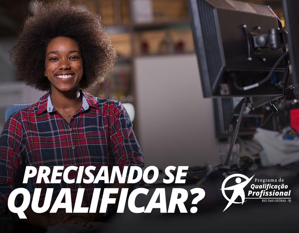 Foto de uma jovem posando para foto sorrindo - Por cima da foto escrito: Precisando se qualificar - Ao lado a Logo do Programa de Qualificação Profissional