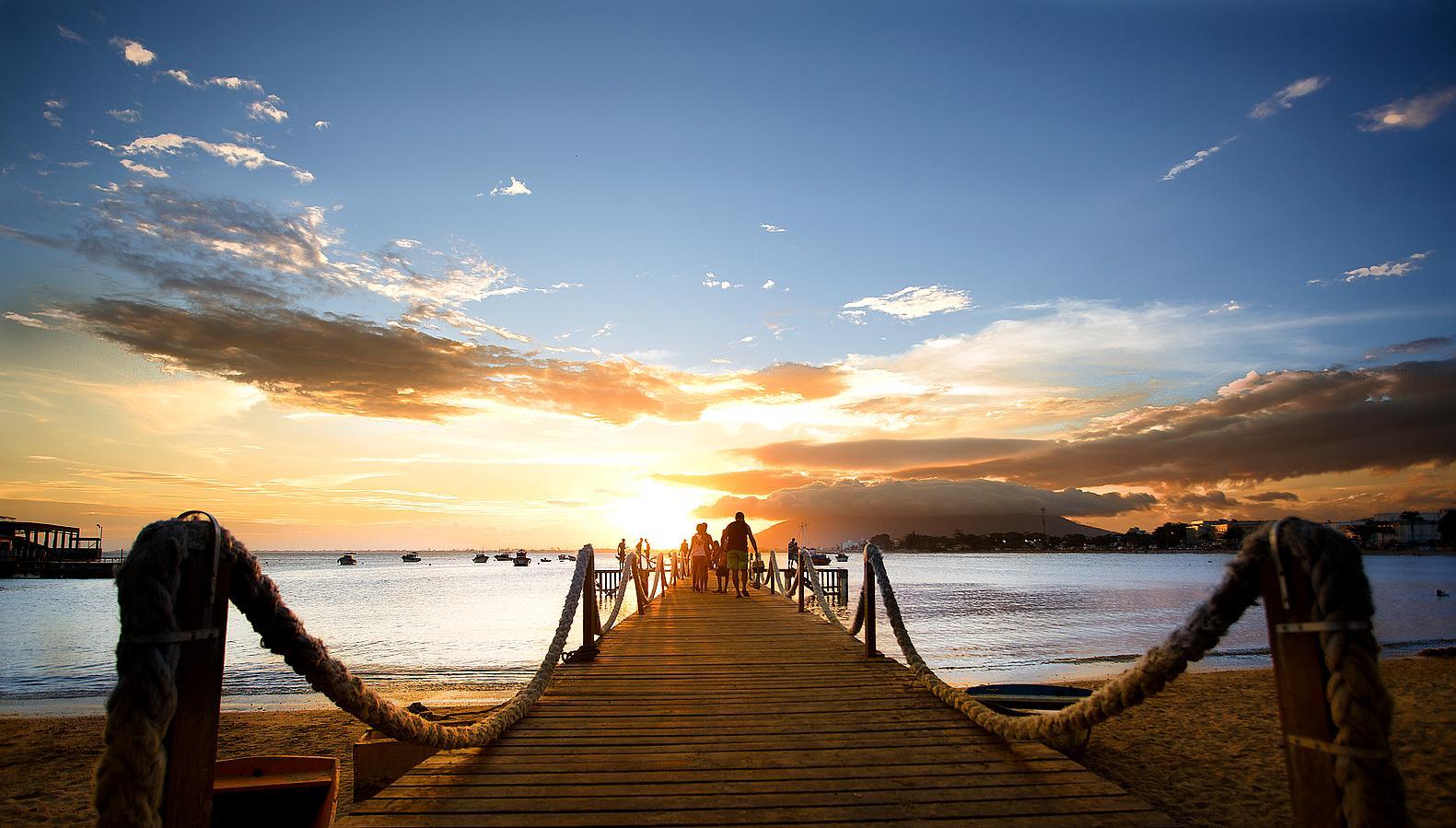 Foto do Pier da Orla da Praia do Centro, durante um pôr do sol