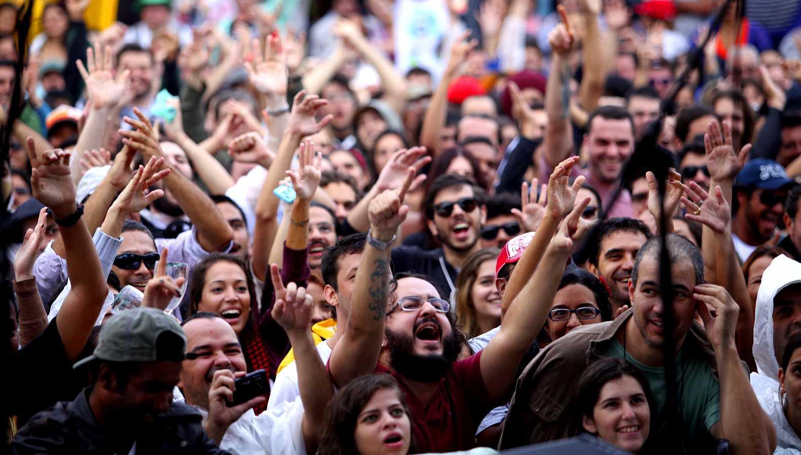 Foto da plateia assistindo um show do Rio das Ostras Jazz e Blues Festival