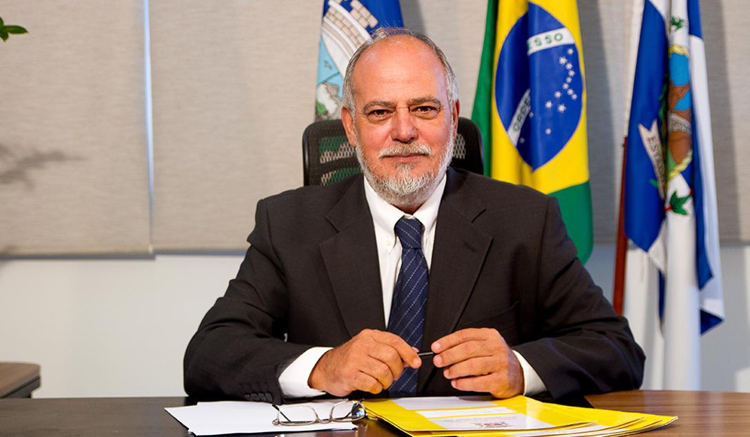 Foto do Prefeito em exercício Carlos Alberto Afonso Fernandes