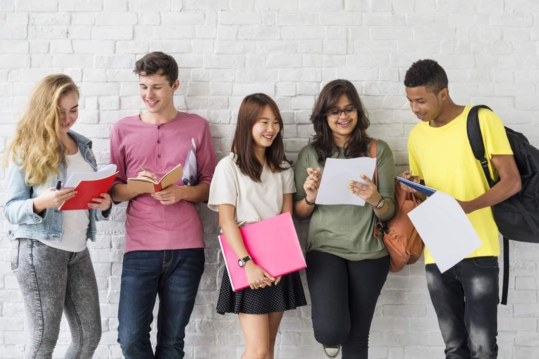 Foto de vários alunos sorrindo para foto