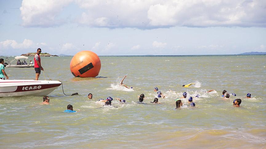 Atletas nadando na Praia do Bosque