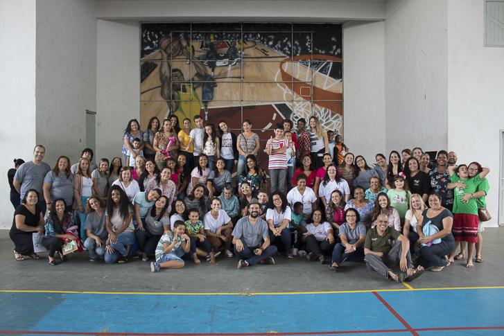 Grupo de professores, pais e alunos