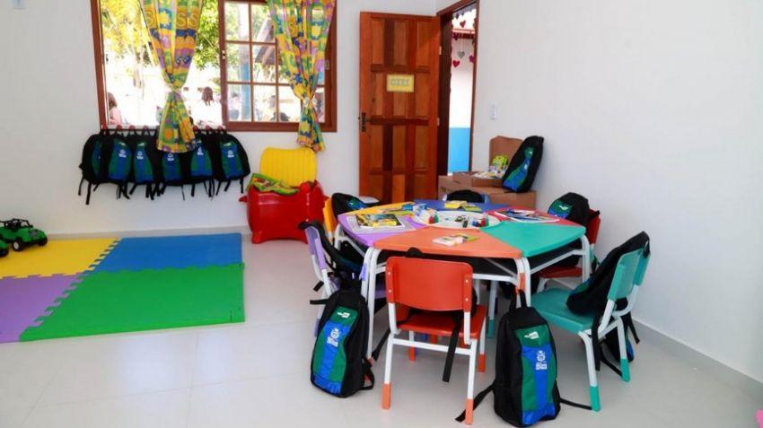 Sala de creche com mobiliário colorido.